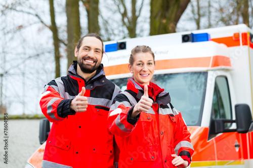 Notartzt und Sanitäter vor Krankenwagen - 78604958