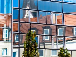 Mansarde spiegelt sich in Glasfront
