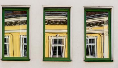 Saniertes Wohnhaus spiegelt sich in Fenster