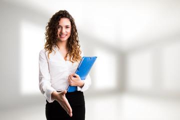 junge Geschäftsfrau mit Handschlag-Geste