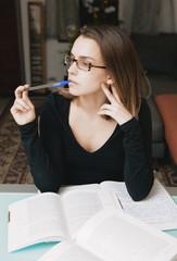 Donna con una penna