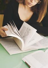 Donna che sfoglia un libro