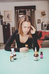 Donna con medicinali sul tavolo