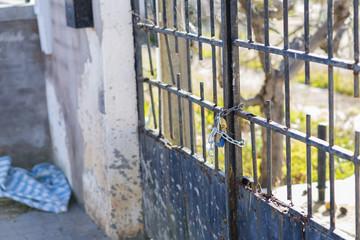 Puerta cerrada con cadena y candado.