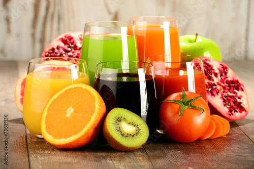 Glasses of fresh organic vegetable and fruit juices - 78609136