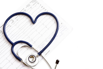 A blue statoscope in the shape of a heart on a  cardiogram