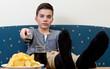 Jugendlicher gelangweilt beim Fernsehen