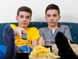 Zwei gelangweilte Jungen vor dem Fernseher