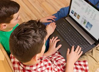 Zwei Jungen mit Laptop / Notebook