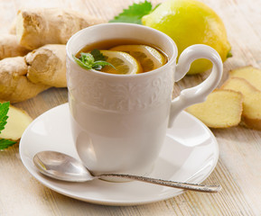 Tea with lemon  and ginger .