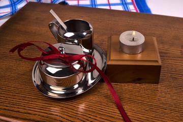металическая посуда и свеча