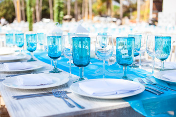 Gläser und Teller, festlich gedeckter Tisch