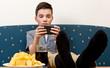 Jugendlicher gelangweilt mit Smartphone