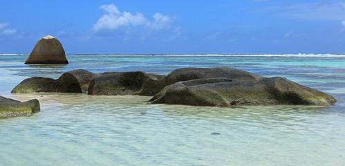 rochers granitiques et bleu typiques des seychelles