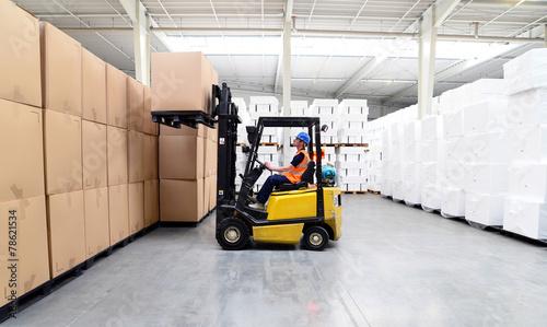 Gabelstaplerfahrer in einem Warenlager // international shipping - 78621534