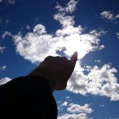 Dedo señalando el sol
