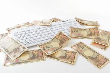 日本の紙幣とキーボード