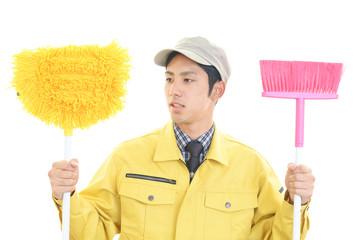 掃除用品を持つ笑顔の男性