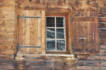 fenêtre sur façade chalet en bois