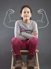 Mädchen mit gezeichneten Muskeln