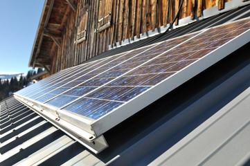 panneaux solaires sur toiture d'un chalet