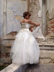 невеста у старой церкви