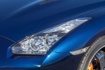 青い車のヘッドライト Headlight of the blue Japanese car