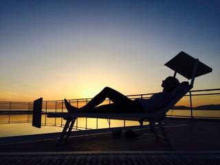 Frau auf Dachterrasse Alghero