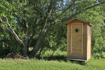 Toilettenhäuschen aus Holz (6)