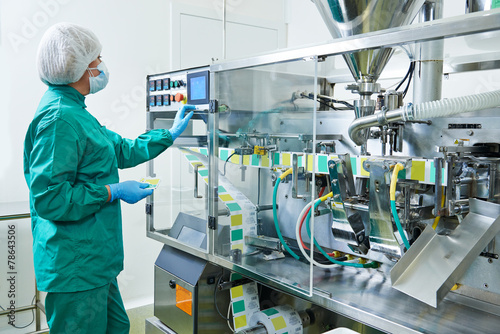 pharmaceutical factory worker - 78643506