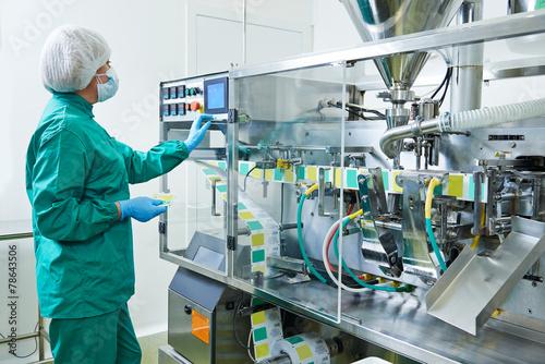Leinwanddruck Bild pharmaceutical factory worker