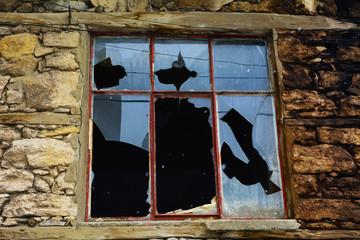 kimsesiz ev ve cam kırıkları