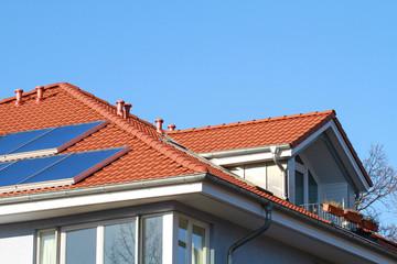 Walmdach mit Gaube und Solaranlage
