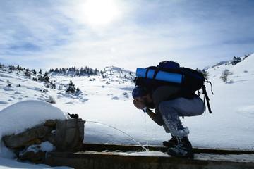 dağlarda çeşmeden su içmek