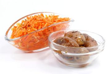 Karottenrohkostsalat und kleine Kartoffeln