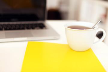 Arbeitsplatz mit Unterlagen und Kaffee