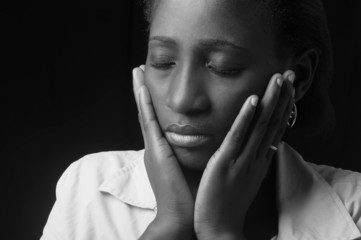 jeune femme africaine en méditation