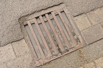 Entwässerungsproblem - Ein Strassengulli ist voll bis zum Rand
