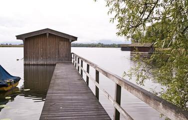 Steg mit Bootshaus an einem See