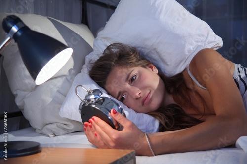 Leinwanddruck Bild Junge Frau mit Schlafproblemen