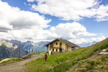 Rifugio di montagna con ragazza