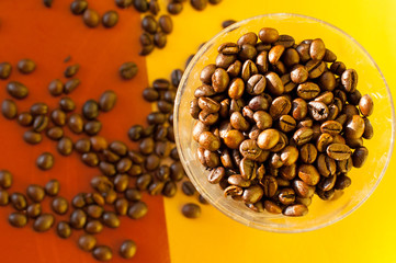 Стакан с черным кофе в зернах