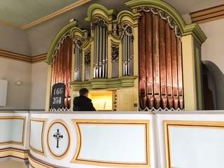 Organist spielt Orgel in Kirche