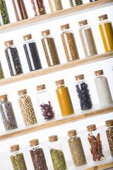 Colección de hierbas y especias en tarros de cristal
