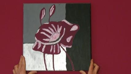Aufhängen eines selbstgemalten Bildes