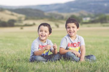 hermanos en el campo