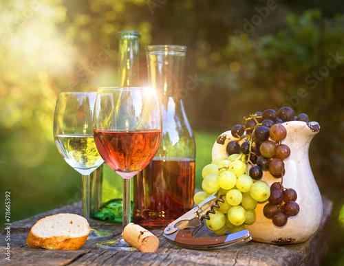 Weinverkostung am Abend  im Garten Poster