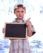 Junge mit Tafel, Daumen hoch