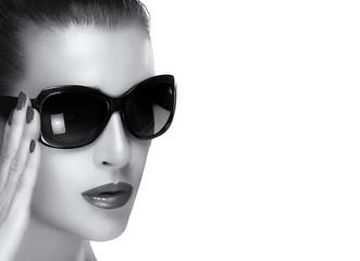 Beautiful Model Face in Black Fashion Sunglasses. Monochrome Por