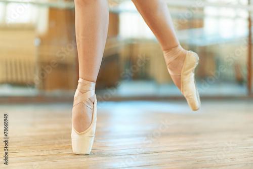 beautiful legs of  dancer in pointe Plakát
